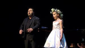 Amira en Paul Potts on stage during the first fundraising concert in Lelystad.